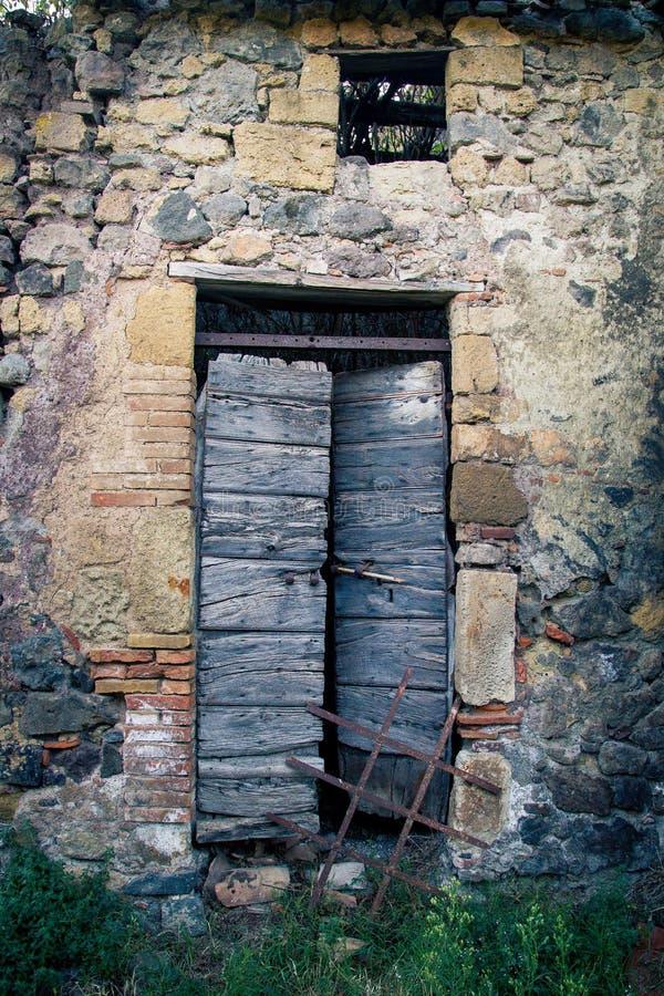 Puerta antigua del ` s del lagar en Toscana 15 fotos de archivo