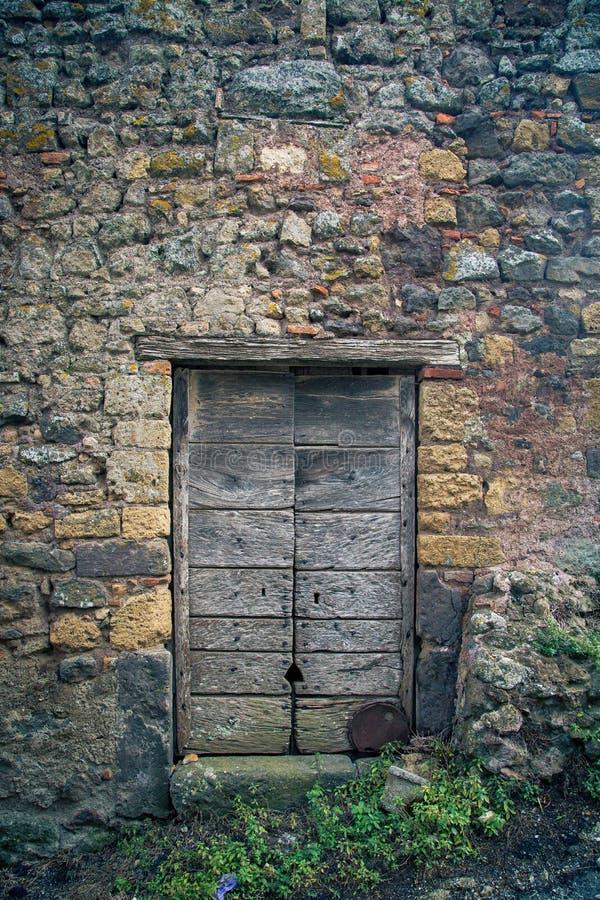 Puerta antigua del ` s del lagar en Toscana 18 imagen de archivo