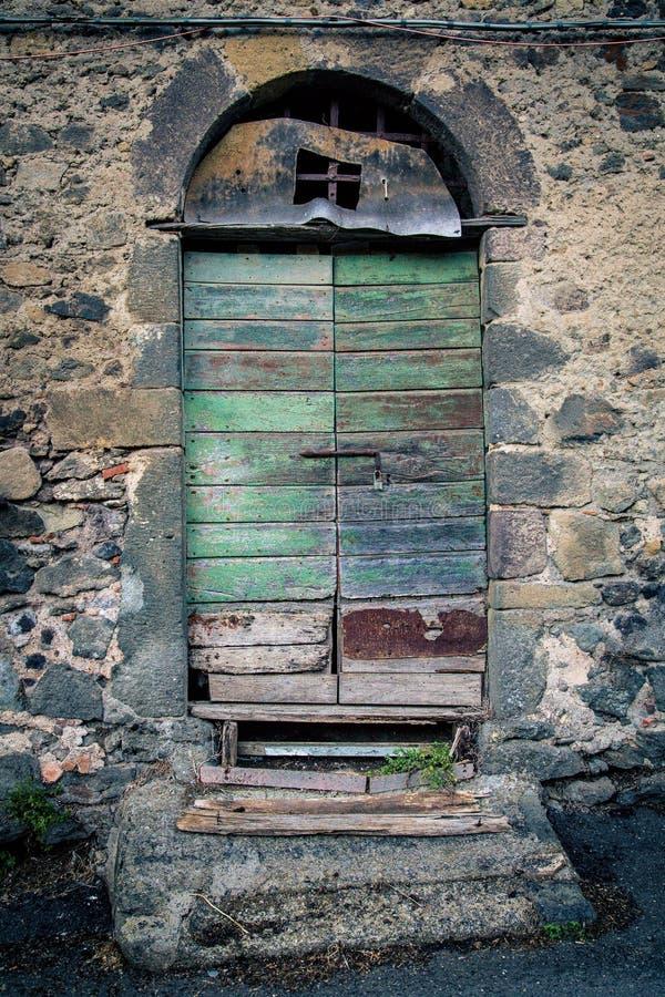 Puerta antigua del ` s del lagar en Toscana 19 fotografía de archivo