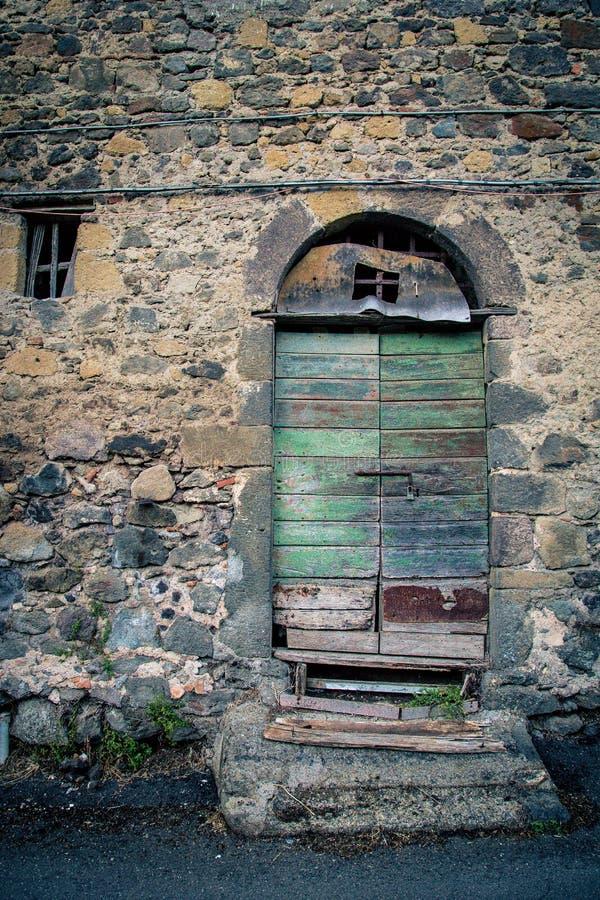 Puerta antigua del ` s del lagar en Toscana 20 imagen de archivo libre de regalías