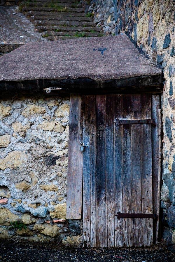 Puerta antigua del ` s del lagar en Toscana 22 imagen de archivo