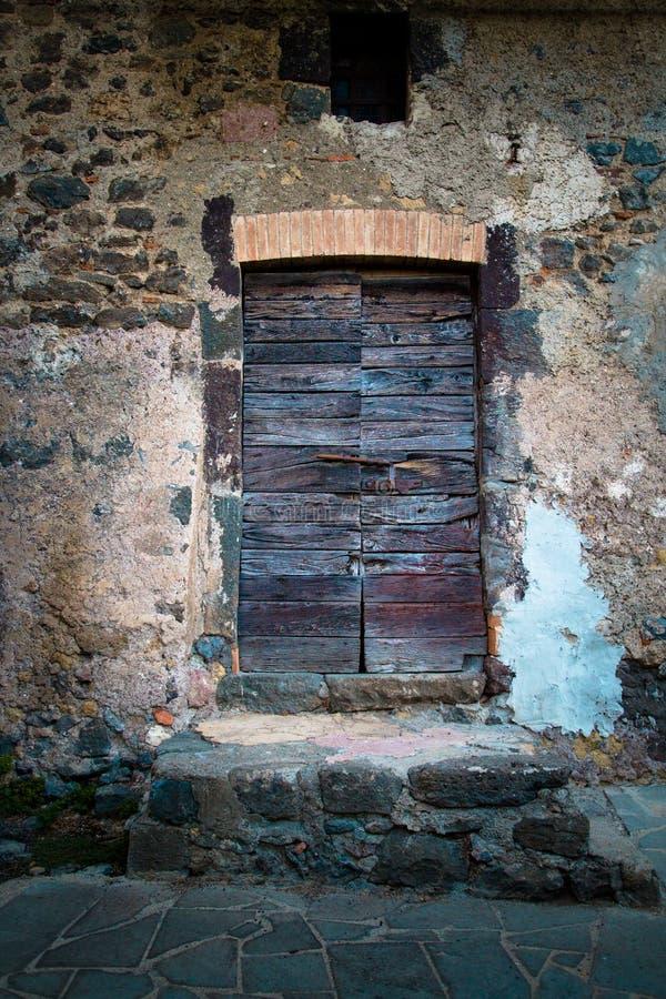 Puerta antigua del ` s del lagar en Toscana 25 fotografía de archivo libre de regalías