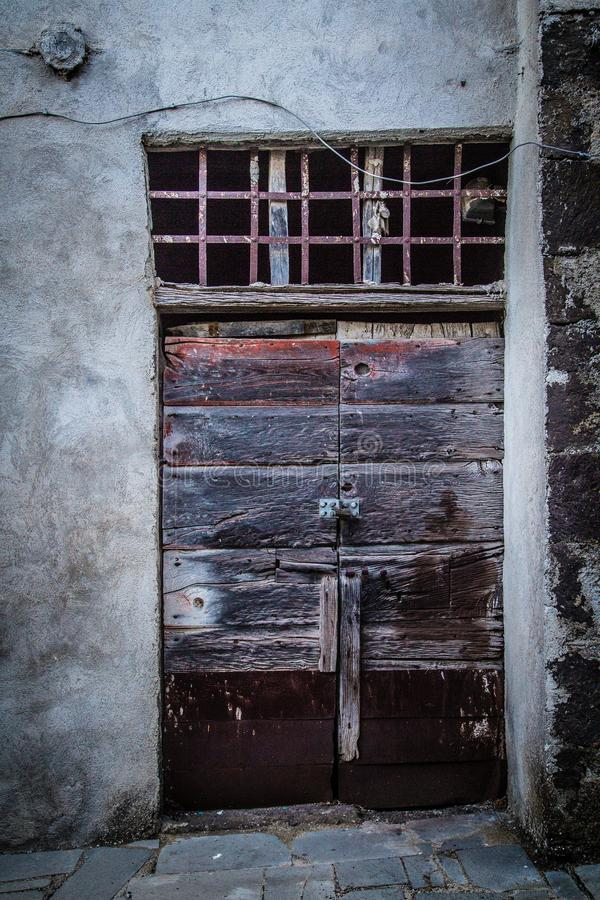 Puerta antigua del ` s del lagar en Toscana 28 imágenes de archivo libres de regalías