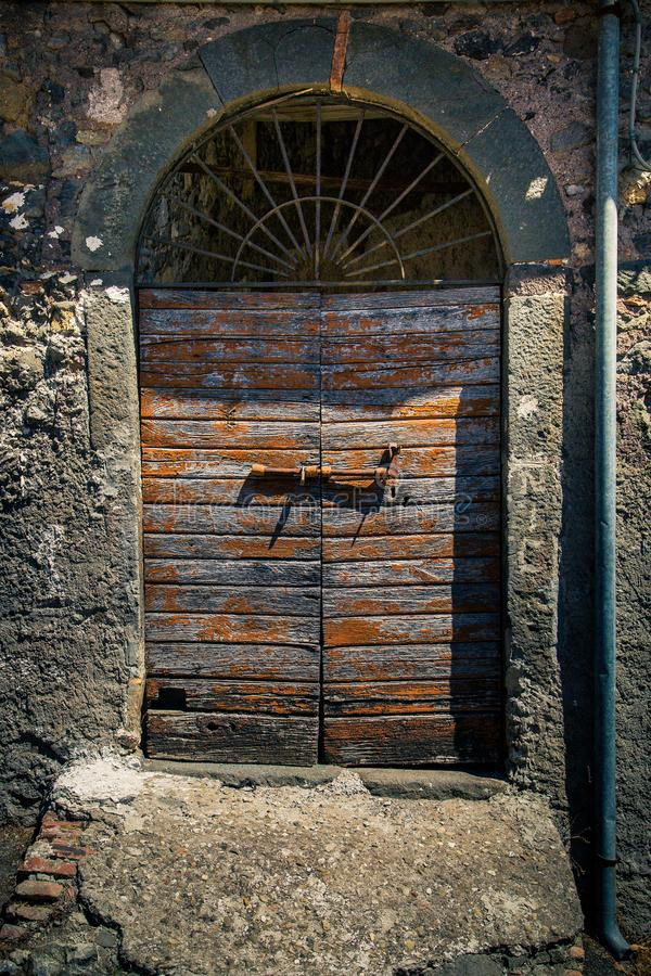 Puerta antigua del ` s del lagar en Toscana 29 imagen de archivo libre de regalías