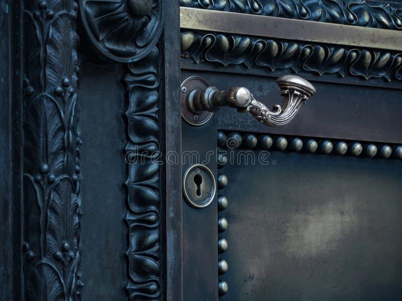 Puerta antigua del tirador fotografía de archivo libre de regalías