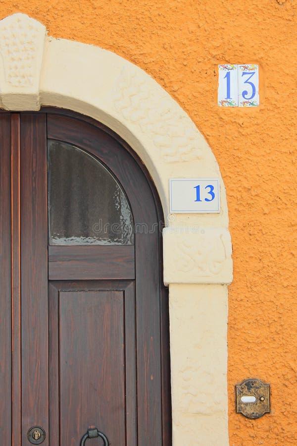 Puerta antigua en un primer italiano de la ciudad imagenes de archivo