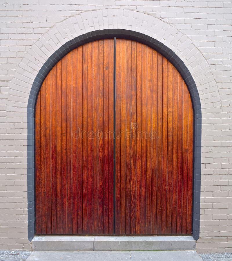 Puerta arqueada de madera agradable imágenes de archivo libres de regalías