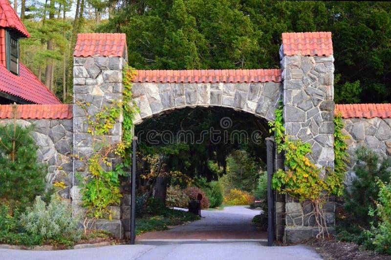 Puerta arqueada en los jardines del estado de Biltmore, Asheville NC imagenes de archivo