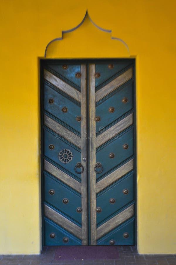 Puerta azul imagenes de archivo