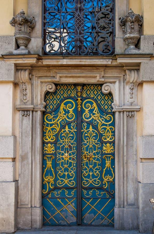 Puerta azul antigua cerrada vieja foto de archivo