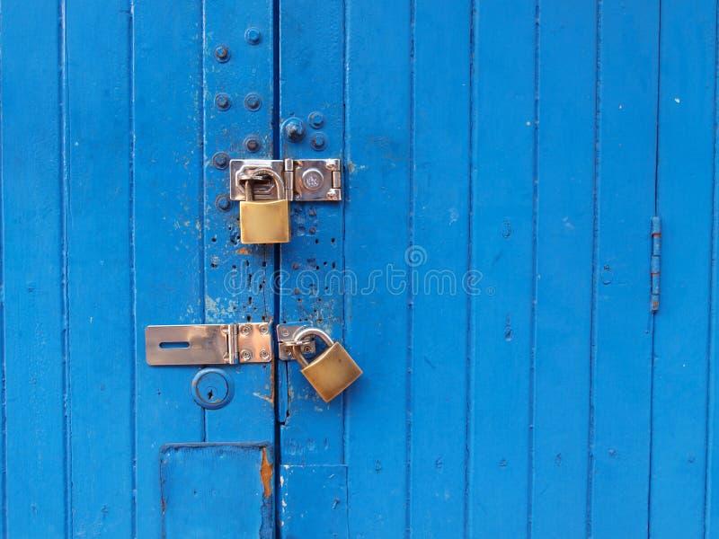 Puerta azul bloqueada imagenes de archivo