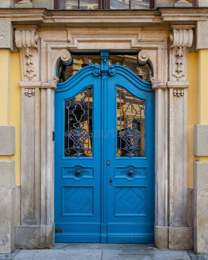 Puerta azul cerrada vieja foto de archivo
