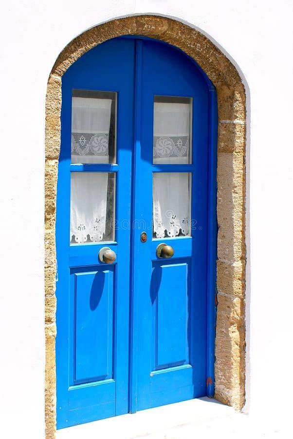 Puerta azul clara con la maneta del metal imagenes de archivo