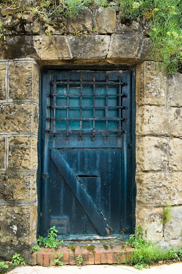 puerta azul de madera rústica foto de archivo