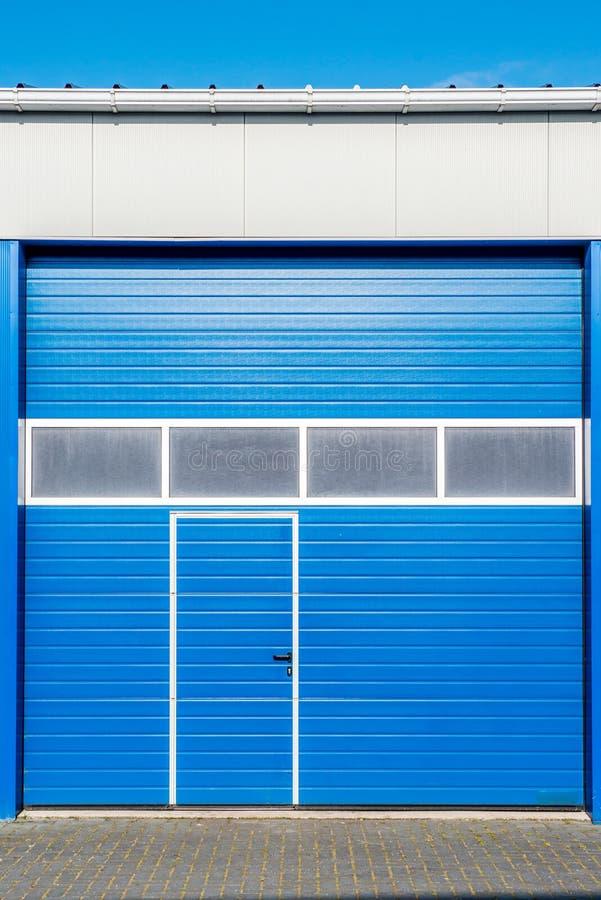Puerta azul del obturador imágenes de archivo libres de regalías