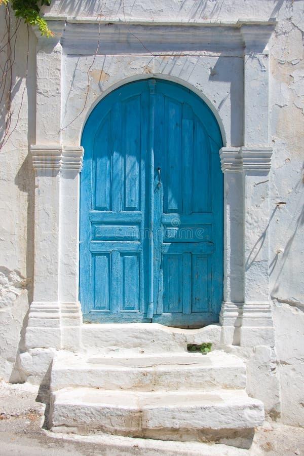 Puerta azul en la casa de piedra blanca foto de archivo for Las puertas de piedra amazon