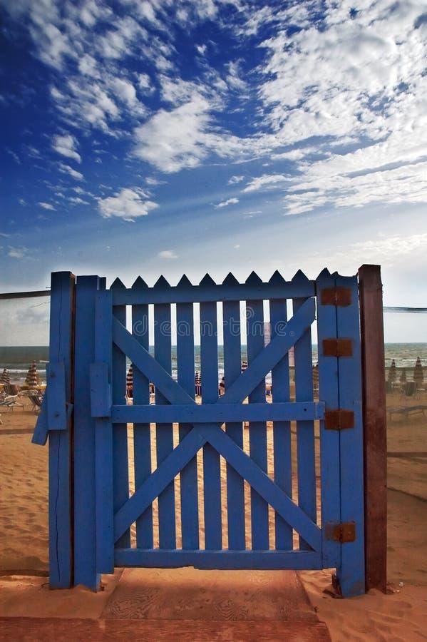 Puerta azul en la playa imagenes de archivo