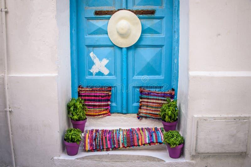 Puerta azul en las islas griegas fotos de archivo