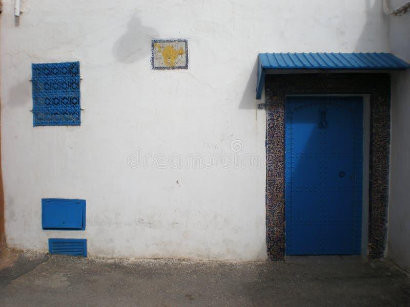 Puerta azul en Marruecos imagenes de archivo