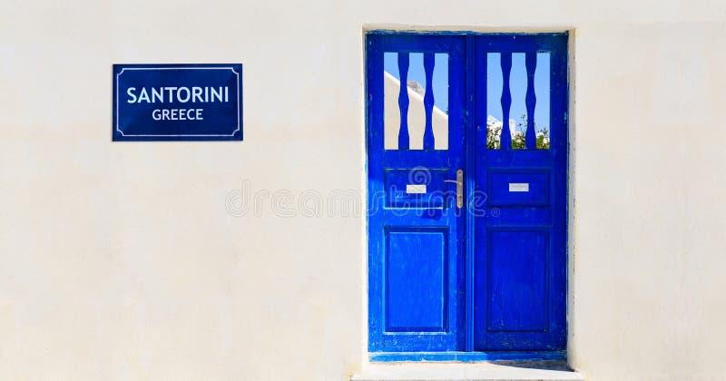 Puerta azul en una pared blanqueada - Cícladas, Grecia fotografía de archivo