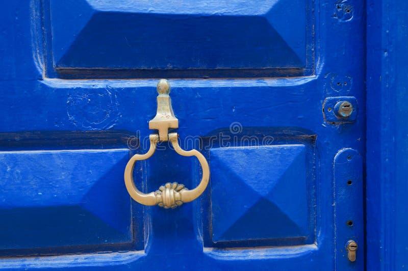 Puerta azul marroquí con el golpeador en el EL Jadida fotografía de archivo