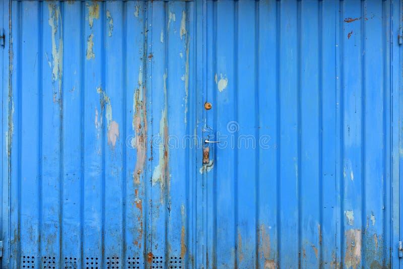 Puerta azul metálica del garaje del Grunge foto de archivo
