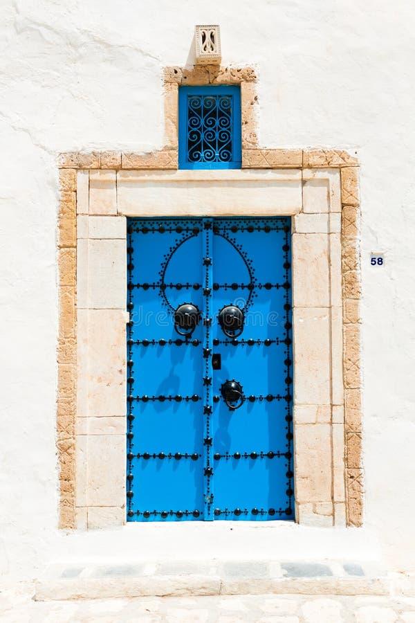 Puerta azul tradicional foto de archivo