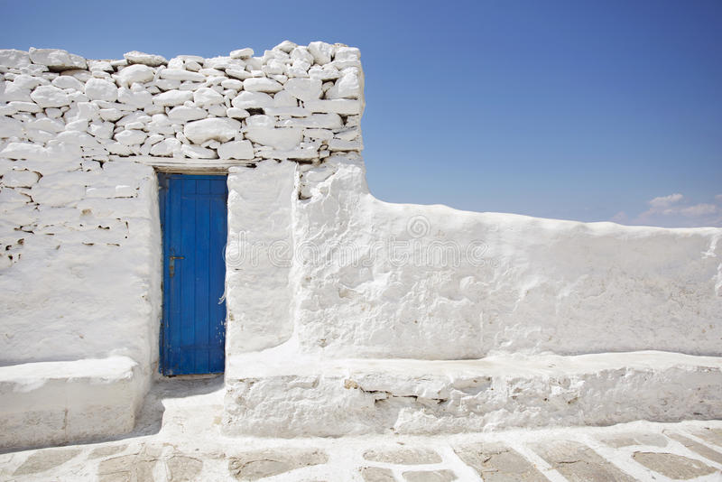 Puerta azul y pared de piedra blanca imagen de archivo libre de regalías