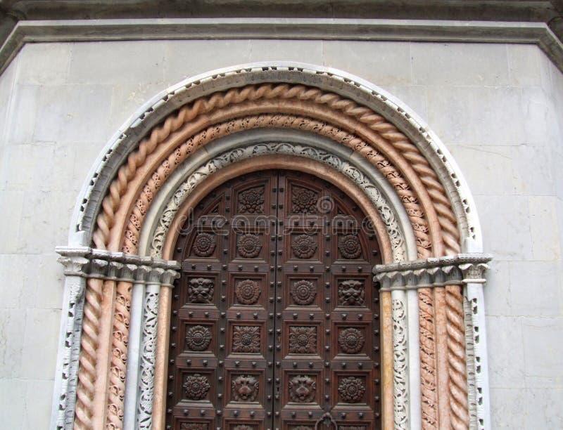 Puerta barroca adornada de madera fotos de archivo