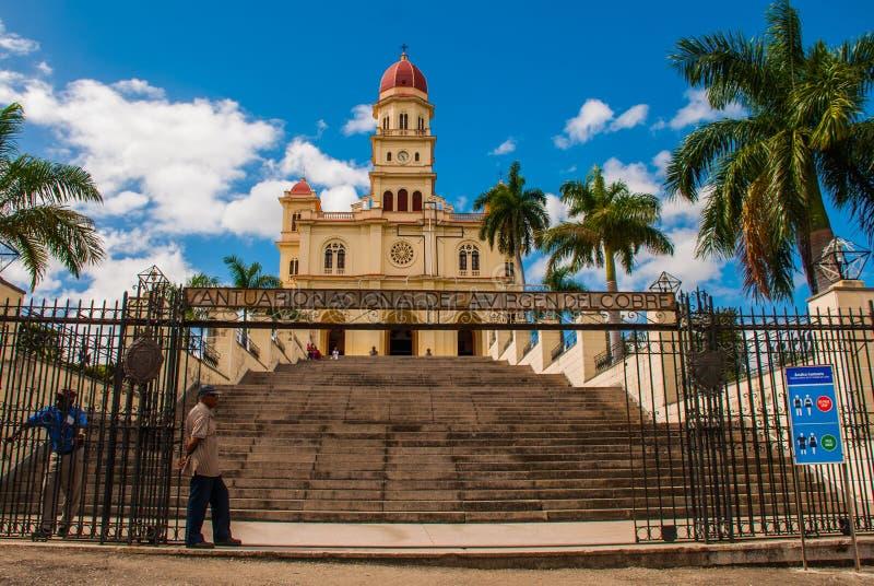 Puerta Basilica Virgen de la Caridad de la entrada Catedral católica de menor importancia católica dedicada a la Virgen María ben imagenes de archivo