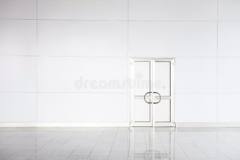Puerta blanca cerrada en oficina vacía fotos de archivo