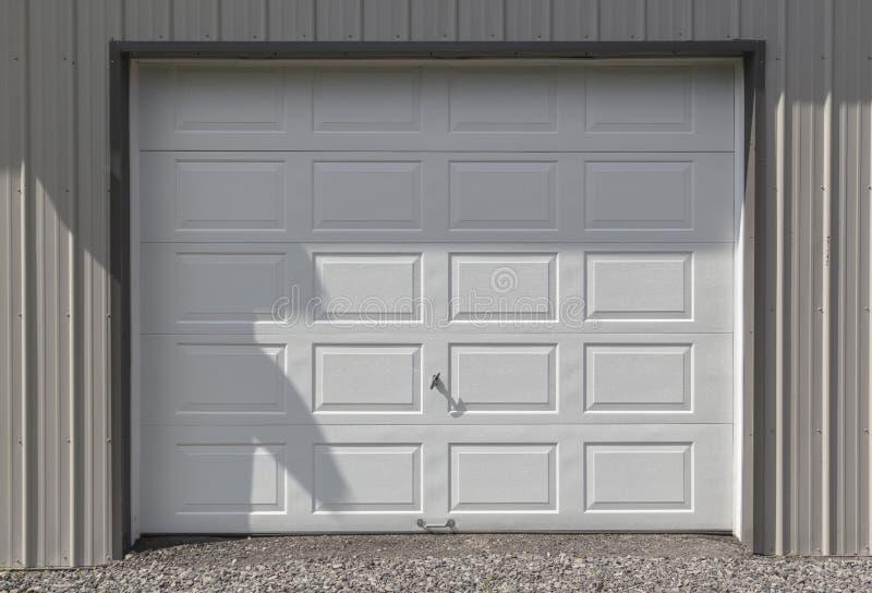 Puerta blanca del garaje foto de archivo