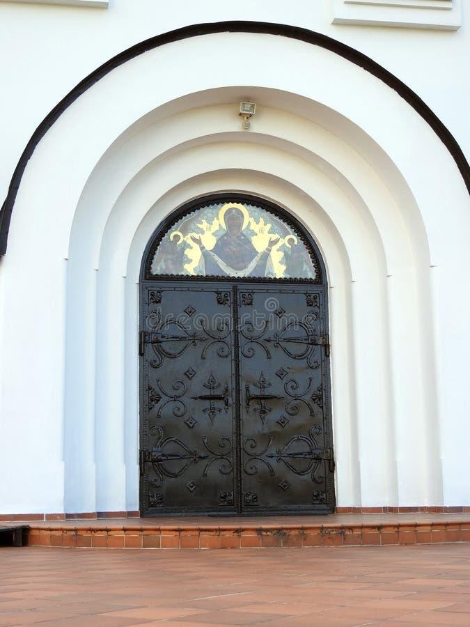 Puerta blanca hermosa de la iglesia, Lituania fotos de archivo libres de regalías