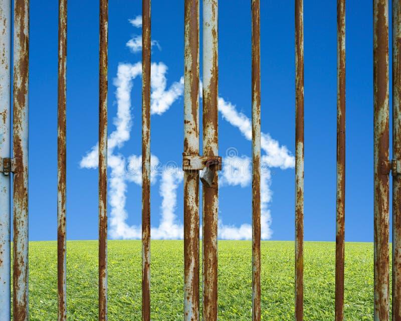 Puerta bloqueada con la casa de la nube en prado hermoso del verde del paisaje fotografía de archivo libre de regalías