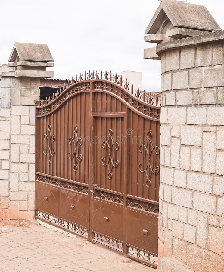 Puerta bonita del metal con el ornamento imagen de archivo