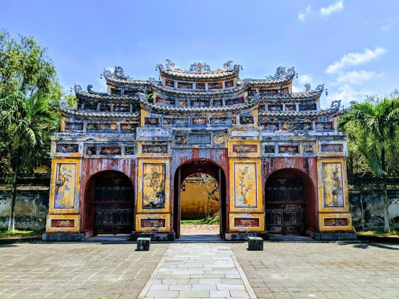Puerta budista grande en ciudadela en Vietnam fotos de archivo