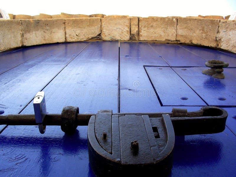 A puerta cerrada azul imágenes de archivo libres de regalías