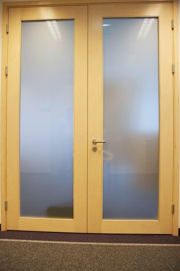 A puerta cerrada con el tirador fotos de archivo libres de regalías