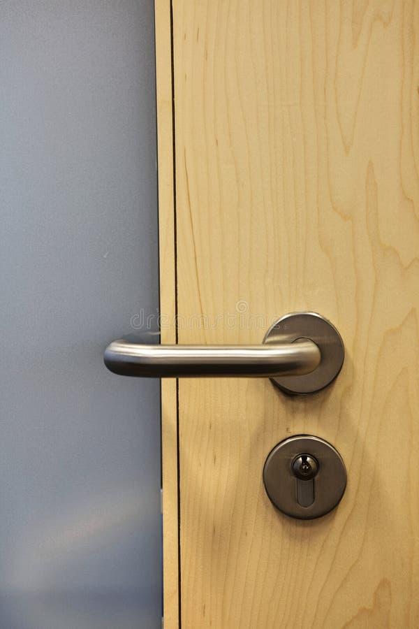 A puerta cerrada con el tirador imágenes de archivo libres de regalías