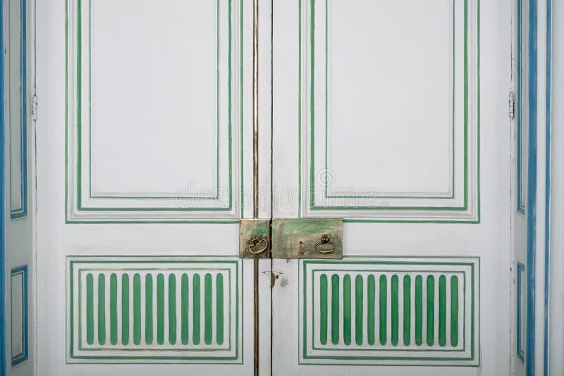 A puerta cerrada con el tirador de puerta viejo fotografía de archivo libre de regalías