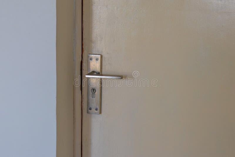 A puerta cerrada con la cerradura y la manija fotos de archivo libres de regalías