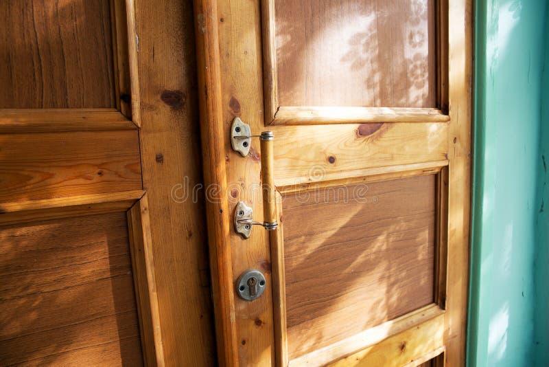 A puerta cerrada con una manija imágenes de archivo libres de regalías