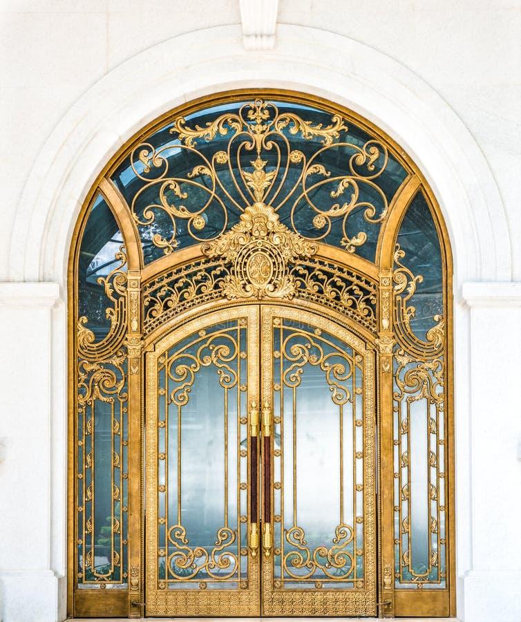 A puerta cerrada del edificio con el modelo adornado del oro. imagen de archivo