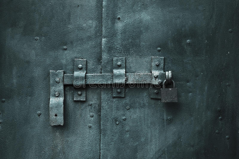 Puerta cerrada del metal con el bloqueo imagen de archivo libre de regalías