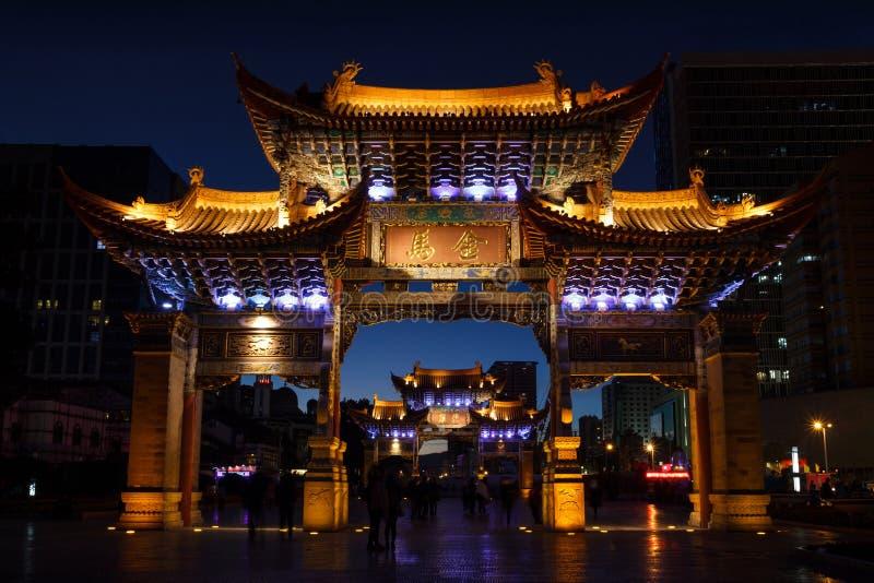 Puerta china tradicional en la ciudad de Kunming en la noche foto de archivo