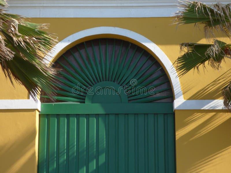 Puerta colonial de la ventana, San Juan viejo fotografía de archivo