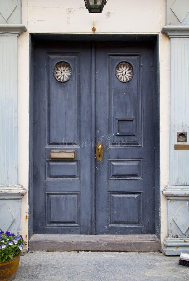 Puerta colorida azul en casa vieja foto de archivo