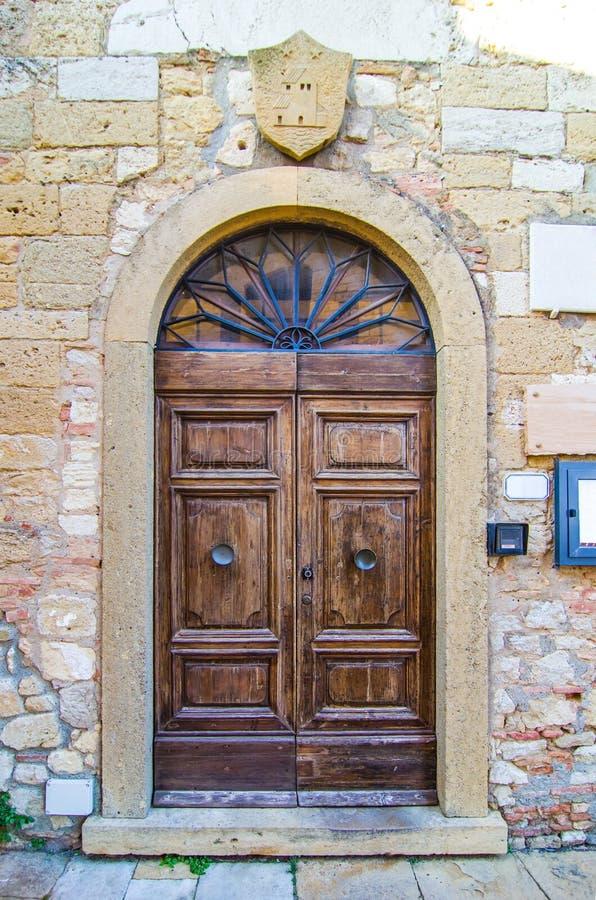 Puerta con el arte de madera del arco del edificio antiguo fotografía de archivo libre de regalías