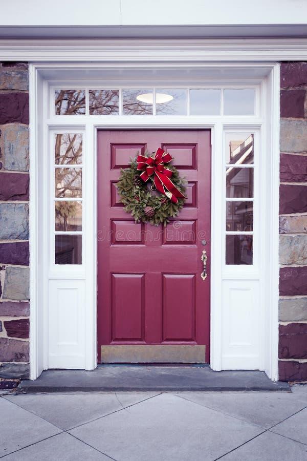 Puerta con la guirnalda de la Navidad foto de archivo libre de regalías