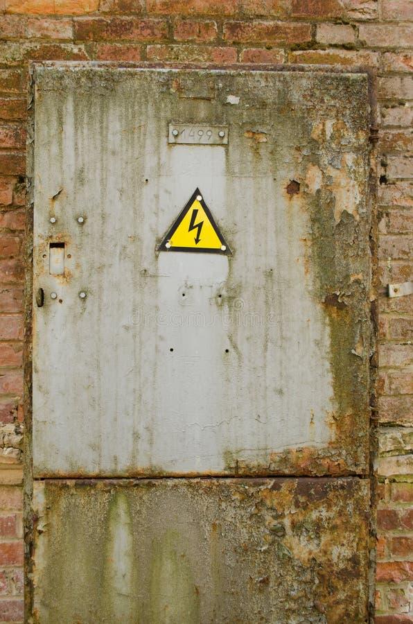 Puerta con la señal de peligro amarilla del peligro fotos de archivo libres de regalías